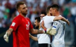Sandro Wagner (kanan) merayakan golnya ke gawang San Marino pada kualifikasi Piala Dunia 2018 di Stadion Nurnberg, Minggu (11/6/2017) dini hari WIB. (Reuters/Michaela Rehle)