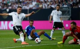 Sandro Wagner (kiri) saat mencetak gol ke gawang San Marino pada kualifikasi Piala Dunia 2018 di Stadion Nurnberg, Minggu (11/6/2017) dini hari WIB. (Reuters/Michaela Rehle)