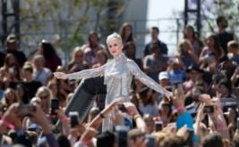 Rambut Pendek dan Busana Blink-Blink Katy Perry