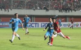 Pesepak bola timnas Indonesia M Rezaldi Hehanusa (kiri) berebut bola dengan pesepak bola Puerto Rico Juan Coca (kanan) saat laga persahabatan di Stadion Maguwoharjo, Sleman, DI Yogyakarta, Selasa (13/6/2017). Indonesia ditahan imbang dengan skor 0-0.