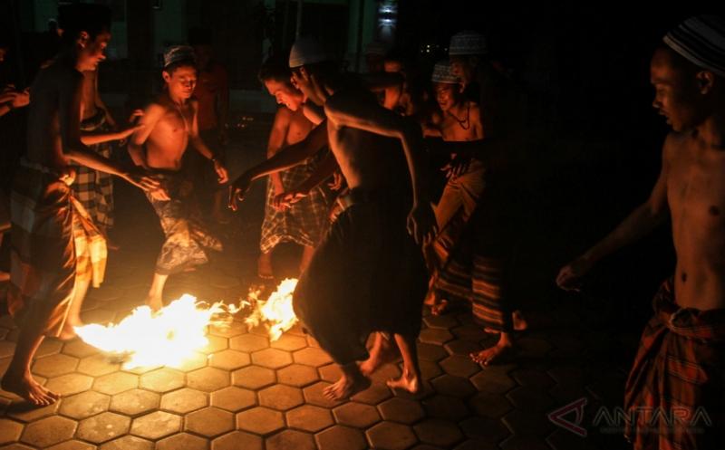 Tradisi Sepakbola Api Santri Ponpes Singo Ludiro Sukoharjo