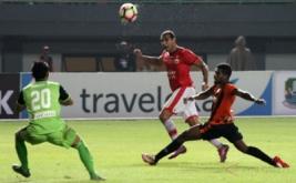 Pesepak bola Perseru Serui Kelvin Wopi (kanan) berusaha merebut bola dari pesepak bola Persija Jakarta Bruno Da Silva Lopes (tengah) pada pertandingan Gojek Traveloka Liga 1 di Stadion Patriot Candrabhaga, Bekasi, Jawa Barat, Selasa (13/6/2017). Persija menang atas Perseru dengan skor akhir 3-0.