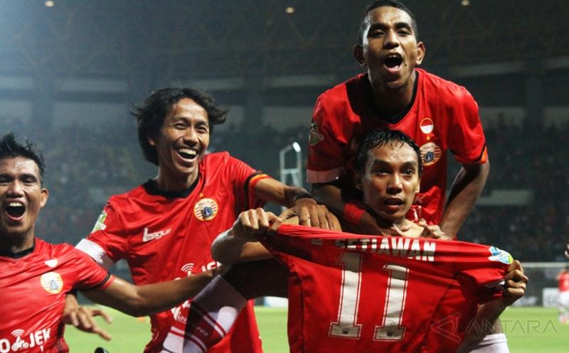 Pesepak bola Persija Jakarta Novri Setiawan (kanan) melakukan selebrasi setelah berhasil mencetak gol ke gawang Perseru Serui pada pertandingan Gojek Traveloka Liga 1 di Stadion Patriot Candrabhaga, Bekasi, Jawa Barat, Selasa (13/6/2017).