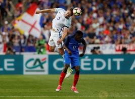 Gary Cahill saat berebut bola dengan Ousmane Dembele pada pertandingan persahabatan Prancis vs Inggris di Stade de France, St Denis, Prancis, Rabu (14/6/2017) dini hari WIB. Anak asuh Didier Deschamps berhasil meraih kemenangan 3-2. Reuters / Lee Smith