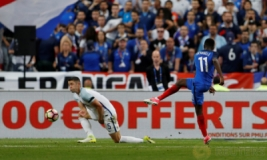 Ousmane Dembele saat mencetak gol pada pertandingan persahabatan Prancis vs Inggris di Stade de France, St Denis, Prancis, Rabu (14/6/2017) dini hari WIB. Anak asuh Didier Deschamps berhasil meraih kemenangan 3-2. Reuters / Lee Smith