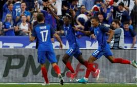 Ousmane Dembele saat melakukan selebrasi bersama tim usai mencetak gol pada pertandingan persahabatan Prancis vs Inggris di Stade de France, St Denis, Prancis, Rabu (14/6/2017) dini hari WIB. Anak asuh Didier Deschamps berhasil meraih kemenangan 3-2. Reuters / Lee Smith