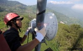 <p>  Petugas teknisi memeriksa perangkat jaringan BTS 4G di kawasan Puncak, Bogor, Jawa Barat, Rabu (14/6/2017).</p>