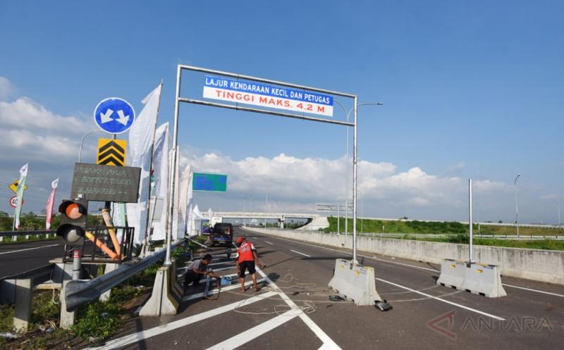Pemasangan Pembatas Tinggi Kendaraan di Simpang Exit Tol Brebes Timur