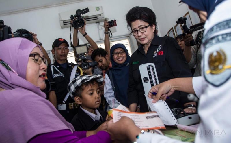 Menkes Nila F Moeloek Kunjungi Posko Kesehatan Stasiun Pasar Senen