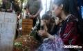 Keluarga Julia Perez saat mengunjungi makam Julia Perez di TPU Ranggon, Jakarta Timur,  Minggu (25/6/2017). Julia Perez meninggal dunia pada bulan Ramadan.