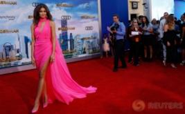 Zendaya Tampil Cantik dan Seksi Kenakan Gaun Berkelir Pink