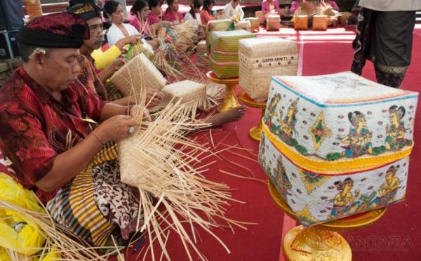 Serunya Berlomba Membuat Anyaman Bambu di Pesta Kesenian Bali