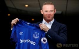 Wayne Rooney menunjukkan jersey Everton usai konferensi pers di Liverpool, Inggris, Senin (10/7/2017) waktu setempat. Rooney memilih kembali ke klub masa kecilnya Everton, setelah 13 tahun terakhir membela Manchester United. (REUTERS/Phil Noble)