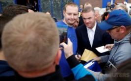 Wayne Rooney melayani permintaan foto bersama penggemarnya usai konferensi pers di Liverpool, Inggris, Senin (10/7/2017) waktu setempat. Rooney memilih kembali ke klub masa kecilnya Everton, setelah 13 tahun terakhir membela Manchester United. (REUTERS/Phil Noble)