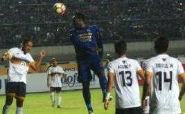 Pesepak bola Persib Bandung Michael Essien (tengah) menyundul bola dengan kawalan sejumlah pesepak bola Persela Lamongan pada laga lanjutan GO-JEK Traveloka Liga 1 Indonesia di Stadion Gelora Bandung Lautan Api (GBLA) Gedebage, Bandung, Jawa Barat, Rabu (12/7/2017). Pertandingan tersebut berakhir imbang 1-1.