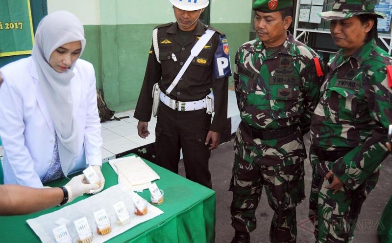Prajurit TNI Ikuti Tes Urine untuk Cegah Penyalahgunaan Narkoba