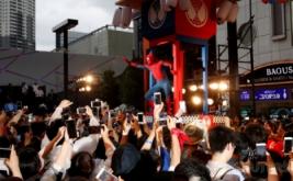 Saat Semua Kamera Ponsel Tertuju pada Aksi Spider-Man di Kuil Portabel
