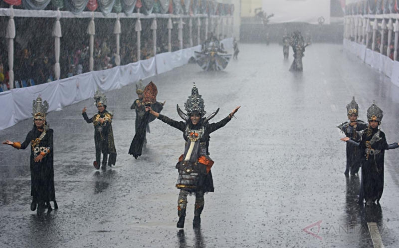 Meski Hujan, Anak-Anak Tetap Semangat Ikuti Jember Fashion Carnaval Kids