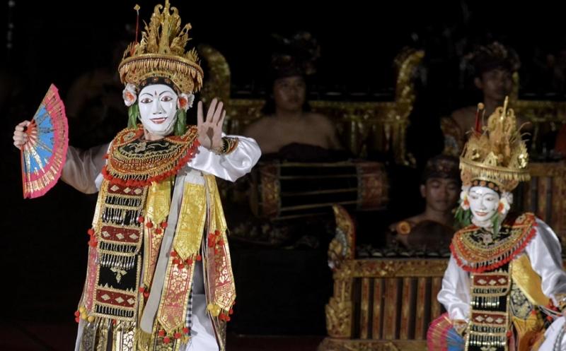 Seniman Mancanegara Menarikan Tari Tradisional Bali