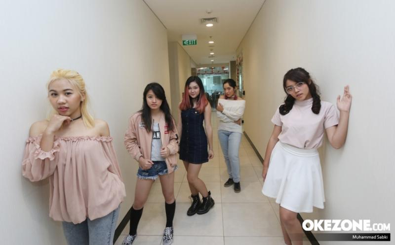 Girl band Soul Sister saat berkunjung ke Kantor Redaksi Okezone, Jalan KH Wahid Hasyim, Jakarta, Selasa (15/8/2017). Runner-Up dari ajang pencarian bakat The Next Boy/Girl Band ini bercerita tentang pembuatan single pertamanya yang bertajuk Curi Hatiku.