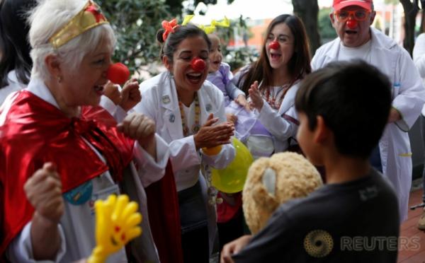 Hibur Anak yang Kehilangan Rumahnya Akibat Gempa, Dokter di Meksiko Jadi Badut