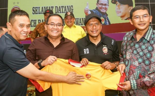 Swijaya FC Resmi Kontrak Rahmad Darmawan sebagai Pelatih Kepala