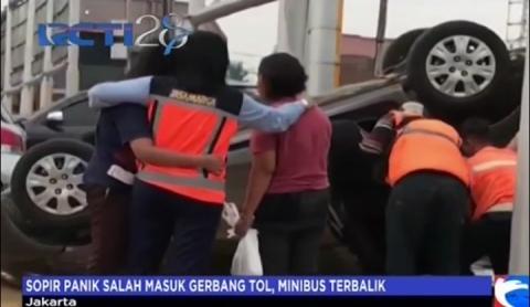 Sopir Panik Salah Masuk Gerbang Tol, Minibus Terbalik